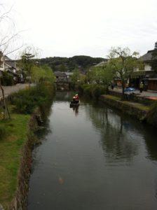 橋の上から倉敷川を望む